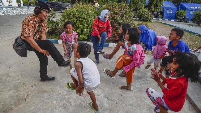 Ketua KPAI Seto Mulyadi atau Kak Seto melakukan Trauma Healing dengan cara mengajak bermain anak-anak korban gempa tsunami Palu di kantor Dinas Sosial, Palu, Sulawesi Tengah. (ANTARA FOTO/Muhammad Adimaja)