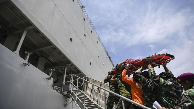 Kapal bantuan milik TNI Angkatan Laut itu membawa 93 personel Satgas Yonkes TNI AL. ANTARA FOTO/Hafidz Mubarak A/hp/18