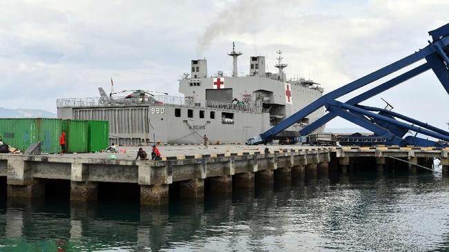 KRI dan KAL yang telah digerakkan dan sedang melaksanakan operasi bantuan kemanusiaan yakni KRI Makasar-590, KRI Ahmad Yani-351, KRI Soeharso-990, KRI Layang-805, KRI Surabaya-591 dan Kapal Angkatan Laut (KAL) Birang dan KAL Suluh Pari. / AFP PHOTO / ADEK BERRY