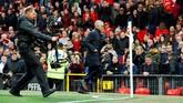 Pendukung Manchester United menyorot tajam langkah Jose Mourinho yang beranjak dari bangku cadangan ke ruang ganti sesaat setelah peluit tanda babak pertama berakhir. (REUTERS/Phil Noble).
