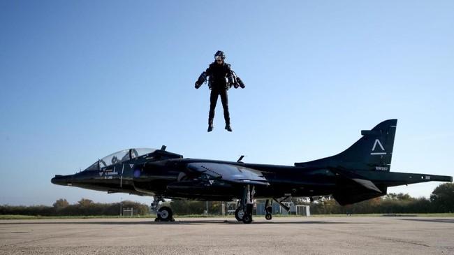 Richard Browning, Kepala Uji Pilot dan CEO Gravity Industries, memakaiJet Suit dan terbang selama penerbangan demonstrasi. (REUTERS/Chris Radburn)