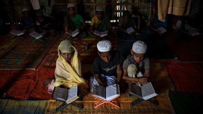 Larangan ini diberikan karena mendirikan sekolah formal dianggap sebagai sebuah institusi permanen (AFP PHOTO / CHANDAN KHANNA)