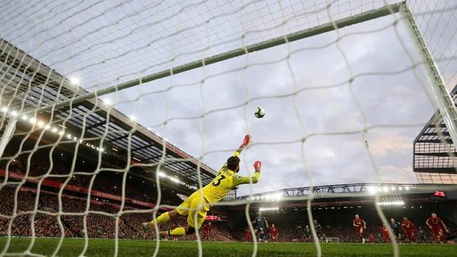 Tendangan penalti Riyad Mahrez melayang jauh di atas gawang Liverpool yang dikawal oleh Alisson Becker. (Reuters/Carl Recine)