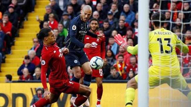 Kedua tim menyusun formasi dengan banyak pemain bernaluri serang. Namun baik Liverpool maupun Manchester City kesulitan melepaskan tembakan ke gawang lawan. (REUTERS/Phil Noble)