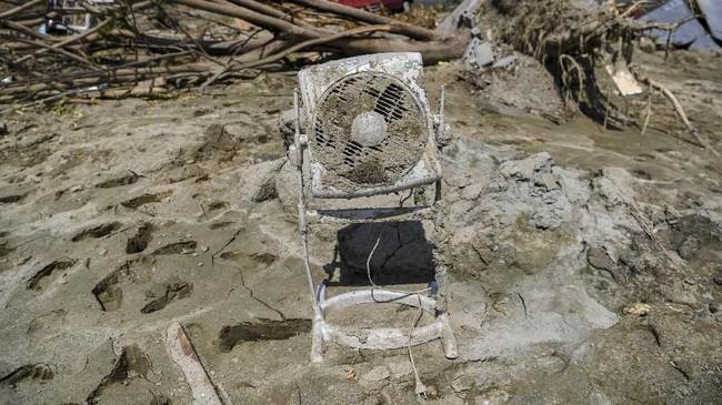 Selain tanah bergerak, lumpur juga muncul menenggelamkan rumah dan penghuninya. Diperkirakan masih banyak korban yang tertimbun lumpur. (ANTARA FOTO/Hafidz Mubarak)