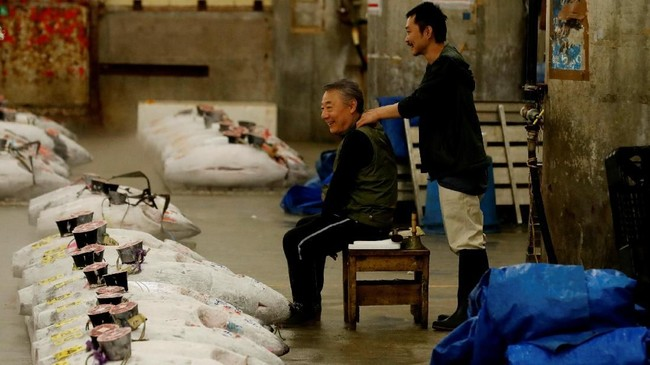 Tak cuma itu, Pasar Tsukiji juga menjadi salah satu daya tarik pelancong mancanegara yang bertandang ke Jepang. (REUTERS/Kim Kyung-Hoon)