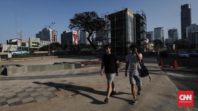 Ruas trotoar khusus pejalan kaki dibuat senyaman mungkin. Taman Stasiun MRT ini juga tergintegrasi dengan Stasiun Sudirman dan Stasiun BNI City.