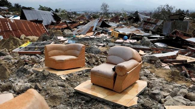 Rumah yang hancur bukan hanya karena guncangan gempa dan terjangan tsunami. Ada kawasan di Palu yang bangunannya hancur karena tanah bergerak atau likuifaksi. (REUTERS/Beawiharta)