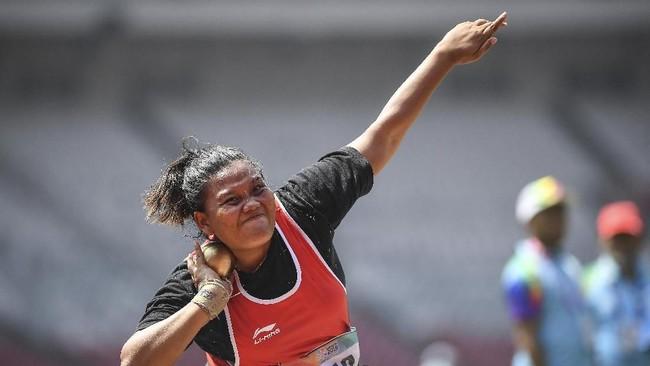Suparniyati juga berhasil meraih medali emas tolak peluru F50 dengan hasil tolakan 10,75 meter. (ANTARA FOTO/Dhemas Reviyanto/kye/18)