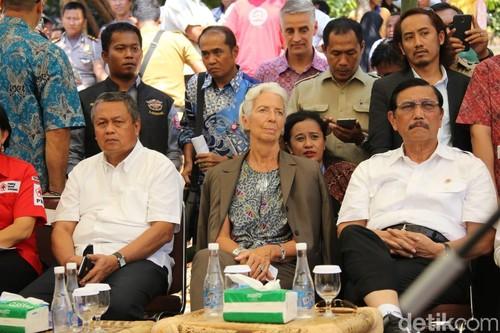 Sedang di Bali, Ini Gaya Bos IMF yang Cinta Kain Khas Indonesia