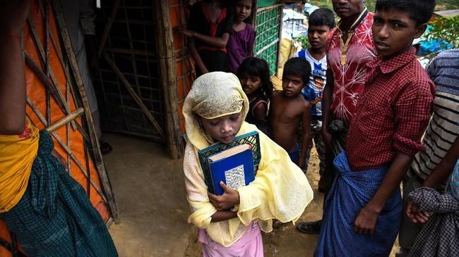 Banyak dari guru madrasah yang bertahan hidup dan akhirnya mengajar di tempat-tempat pengungsian seperti ini (AFP PHOTO / CHANDAN KHANNA)