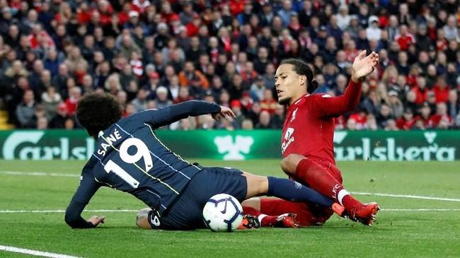 Manchester City dan Liverpool melakukan sejumlah pergantian. Leroy Sane yang baru dimasukkan di menit ke-76 sukses membuat Manchester City dapat penalti. (Reuters/Carl Recine)