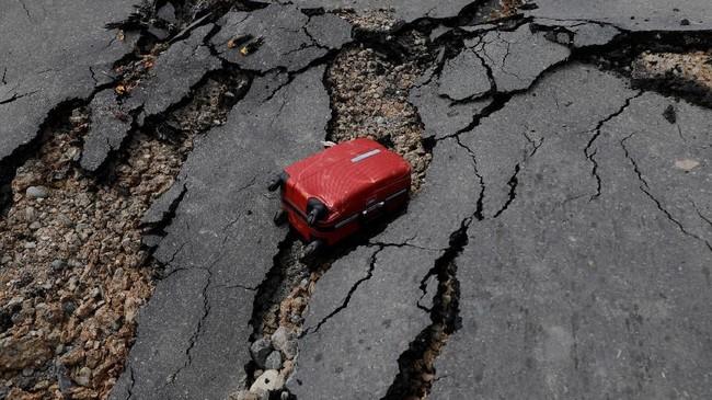 Infrastruktur di Palu hancur sehingga mobilisasi warga terganggu. Hal ini diperparah dengan langkanya bahan bakar minyak. (REUTERS/Beawiharta)