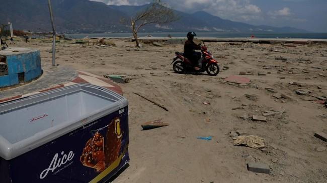 Kehidupan ekonomi juga lumpuh di Palu dan Donggala juga lumpuh. Hari-hari pertama bencana gempa, isu penjarahan mengemuka. Bukan hanya menyasar kebutuhan pokok tapi juga barang-barang lain.(REUTERS/Beawiharta)