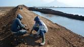 Luapan lumpur terjadi sejak Mei 2006. Sejak saat itu, lumpur yang menyembur belum juga berhenti. Kini tanggul pengaman ambles sehingga membuat warga sekitar khawatir. (ANTARA FOTO/Umarul Faruq)