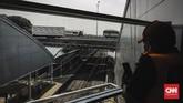 Stasiun Cakungmemiliki fasilitas transaksi tiket dan penempatan 9 unit gate elektronik pada lantai atas. (CNN Indonesia/Adhi Wicaksono)