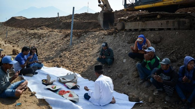 Warga dan pekerja menggelar doa bersama saat mengerjakan penguatan dan perbaikan tanggul penahan lumpur Porong yang ambles di titik 67 Gempol Sari, Tanggulangin, Sidoarjo, Jawa Timur, Selasa (9/10). (ANTARA FOTO/Umarul Faruq)