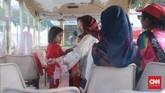 Suasana sunyi juga terlihat di dalam mobil kereta karena banyak bangku terlihat kosong tanpa orang yang mendudukinya. (CNN Indonesia/Andry Novelino)