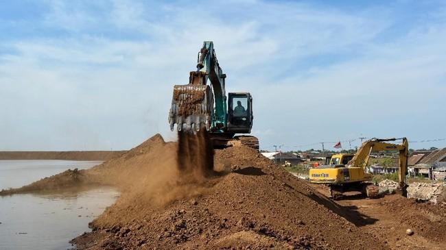 Alat berat dikerahkan untuk memperbaiki kondisi tanah tanggul yang mengalami penurunan dan retaknya tanah tanggul karena volume lumpur. (ANTARA FOTO/Umarul Faruq)