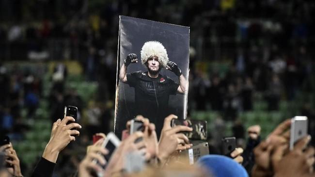 Laga Khabib Nurmagomedov lawan Conor McGregor jadi topik perbincangan utama di dunia olahraga pada akhir pekan lalu. Kemenangan Khabib dan insiden setelah pertandingan jadi perbincangan banyak orang dengan beragam pro dan kontra. (AFP PHOTO / Vasily MAXIMOV)