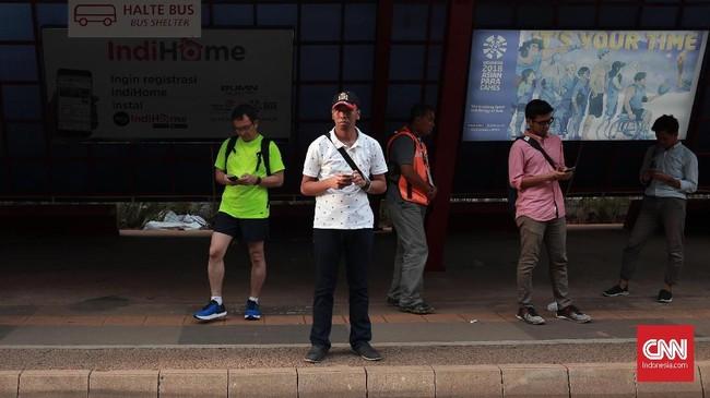 Halte Bus di area GBK terlihat sepi dari penonton. Pada hari pertandingan keempat Asian Paragames masih belum terlihat animo masyarakat untuk mendukung para atlet yang bertanding di GBK. (CNN Indonesia/Andry Novelino)