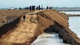 Tanggul sepanjang 200 meter di tempat itu ambles dengan kedalaman sekitar 5 meter akibat meluapnya lumpur di kolam penampungan dan penurunan tanah (subsidence). (ANTARA FOTO/Umarul Faruq)