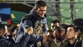Khabib Nurmagomedov pulang dengan sabuk juara dunia UFC di tangannya. Sabuk juara dunia itu sempat tak diberikan usai pertarungan lantaran kerusuhan yang terjadi. (AFP PHOTO / Vasily MAXIMOV)