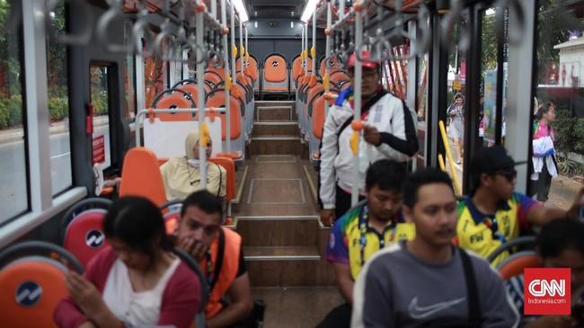 Shuttle bus yang membawa penonton menuju tempat pertandingan, Selasa (9/10) tidak terisi penuh. Beberapa penumpang yang ada membuat bus terlihat lowong. (CNN Indonesia/Andry Novelino)
