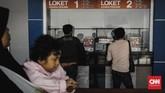 Calon penumpang membeli tiket di loket saat uji coba fasilitas baru Stasiun Cakung, Jakarta, Selasa, 9 Oktober 2018. (CNN Indonesia/Adhi Wicaksono)