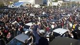 Ribuan warga Makhachkala turun ke jalan dan berpesta untuk merayakan kemenangan Khabib Nurmagomedov atas Conor McGregor. (REUTERS/Kazbek Basayev)