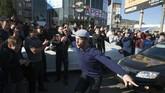 Saat hari pertandingan, publik Dagestan juga menumpahkan kegembiraan mereka atas kemenangan Khabib Nurmagomedov. (REUTERS/Kazbek Basayev)