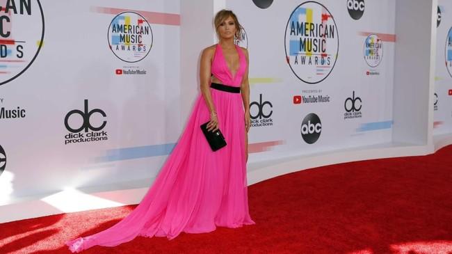 Jennifer Lopez berkilau di karpet merah dengan gaun seksi berwarna pink cerah dan slit tinggi. Gaun ini buatan Georges Chakra. (REUTERS/Mike Blake)
