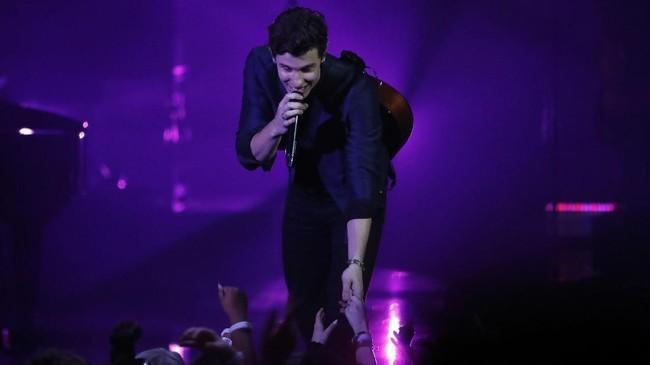 Shawn Mendes membawakan lagu