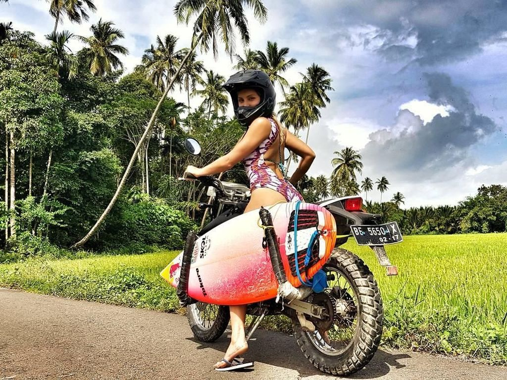 Foto: Gadis berusia 31 tahun ini memang jago banget surfing. Surfing all day! katanya di Instagram. (Instagram/@maya)