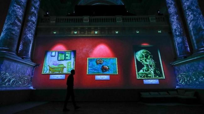 Sesuai dengan temanya, pameran ini bertujuan menambah pengalaman pengunjung menikmati karya Van Gogh. (REUTERS/Yves Herman)