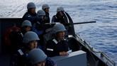 Tentara wanita Jepang tengah bertugas di kapal perang terbesar Jepang, Kaga. Negara itu tengah berusaha meningkatkan jumlah tentara wanita di kesatuannya. (REUTERS/Kim Kyung-Hoon)