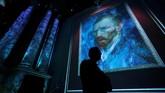 Sebuah pameran seni di Belgia pada 9 Oktober lalu menampilkan karya seni maestro Vincent Van Gogh dengan cara yang baru, secara digital. (REUTERS/Yves Herman)