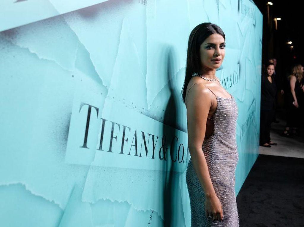 Foto: Akrabnya Kim Kardashian dan Priyanka Chopra, Tapi Seksian Siapa?