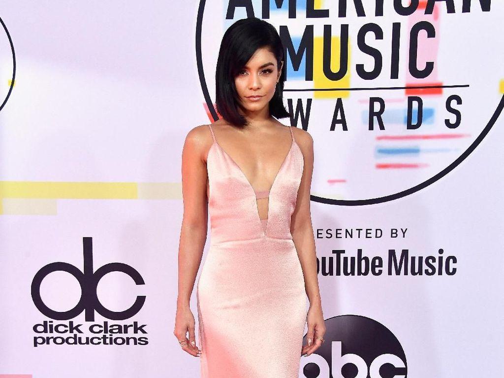 Adu Gaya 7 Selebriti di American Music Awards 2018, Siapa Paling Stylish?
