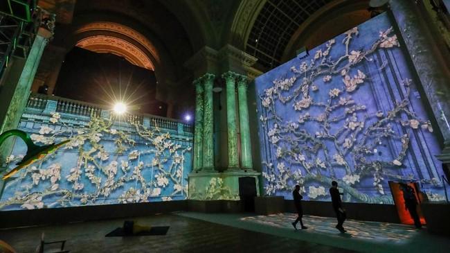 Pameran itu sendiri diberi tajuk 'The Van Gogh: The Immersive Experience'. (REUTERS/Yves Herman)