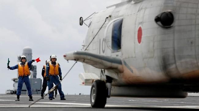 Mereka juta bertugas memandu helikopter untuk mendarat di dek kapal perang itu, tampak helikopter SH-60K Sea Hawk saat hendak tinggal landas (REUTERS/Kim Kyung-Hoon)