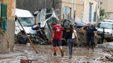 Seorang pria yang berhasil selamat memberitahu bahwa ia harus keluar mobil dengan memanjat jendela untuk menyalamatkan diri dari banjir yang tiba-tiba menghadang (REUTERS/Enrique Calvo)