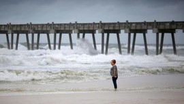 FOTO: Geliat Warga Florida Bertahan Hadapi Badai Michael