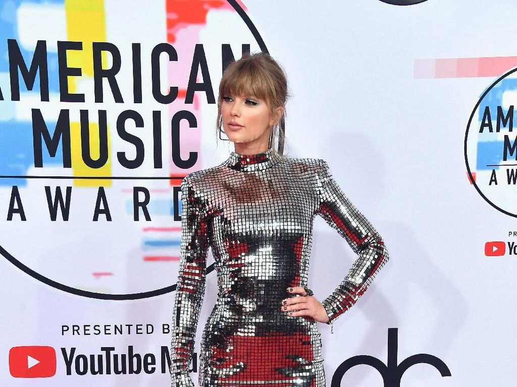 Curi Atensi, Taylor Swift Mirip Lampu Disko di American Music Awards 2018