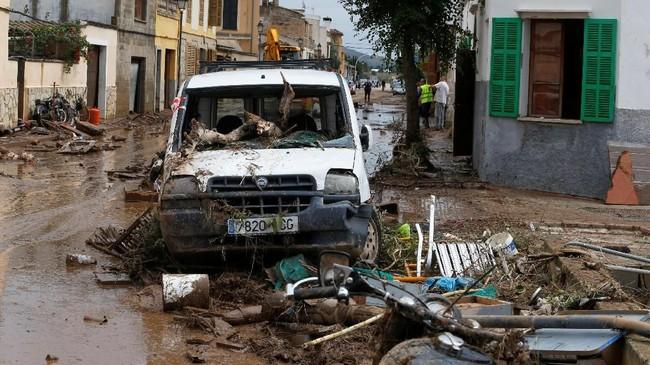 Kota Sant Llorenç des Cardassar jadi wilayah terparah dimana mobil-mobil ikut tersapu air (REUTERS/Enrique Calvo)