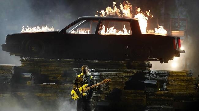 Tyler Joseph of Twenty One Pilots menampilkan lagu