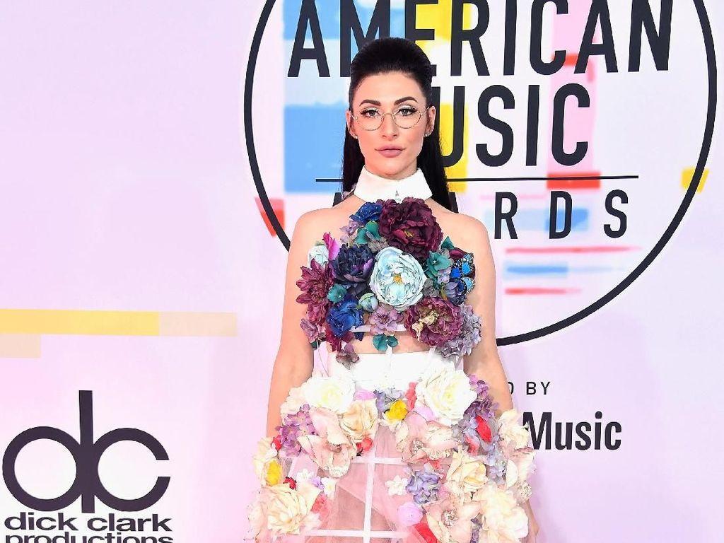 5 Selebriti Ini Pakai Kostum Terburuk di American Music Awards 2018