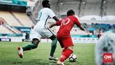 Witan Sulaeman berupaya melepaskan diri dari pengawalan pemain belakang Arab Saudi Saud Abdulhamid. (CNN Indonesia/Andry Novelino)