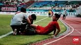 Intensitas pertandingan Timnas Indonesia melawan timnas Arab Saudi cukup tinggi, beberapa pemain termasuk Syahrial Abimanyu mendapat perawatan medis di pinggir lapangan setelah berbenturan dengan lawan. (CNN Indonesia/Andry Novelino)