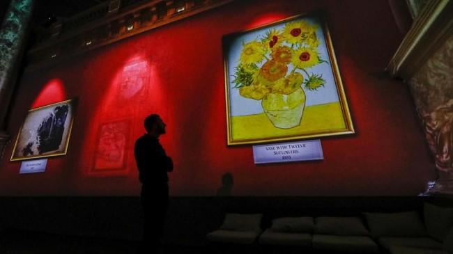 Objek lukisan Van Gogh dikenal bersumber dari hal-hal sehari-hari. Dengan caranya menggores tinta, Van Gogh menangkap keindahan objek dan menuangkannya dengan cara yang unik. (REUTERS/Yves Herman).